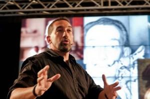 Dan Bogiatto parla di fronte al pubblico